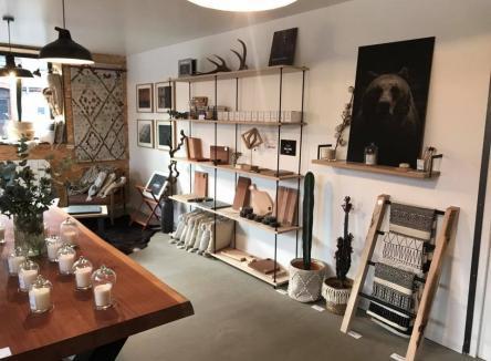Né de l'association de trois jeunes entrepreneurs ardennais, Hutte est un showroom où leurs créations prennent vie, au cœur de la vallée de la Meuse