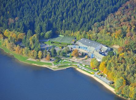 Le lac des Vieilles Forges, cadre idéal pour profiter d'une multitude de divertissements dans les Ardennes dans le Nord-Est de la France