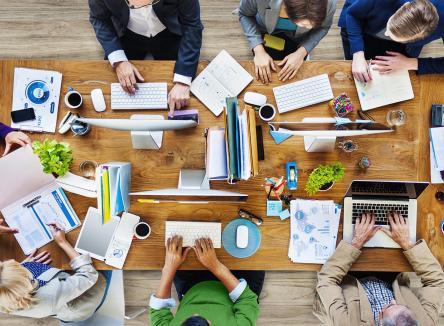 Le coworking, la mise à disposition partagée de bureaux, offre une nouvelle vision de l'organisation du travail favorisant l'échange, la coopération et la créativité à moindre coût, dans les Ardennes, au Nord-Est de la France