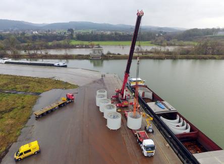 En décembre 2017, puis en janvier 2018, ENERCON, constructeur européen d'éoliennes, a pour la première fois acheminé avec succès des composants d'éoliennes par le Port de Givet (Ardennes), qui a ainsi pu démontrer son rôle de plateforme multimodale eau-fer-route ouverte sur l'Europe du Nord