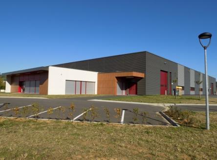 Situé sur la commune de Mouzon dans les Ardennes, un bâtiment d'environ 2.350 m² prochainement disponible à la location (été 2018), est prêt à accueillir de nouvelles entreprises de l'industrie ou de la logistique