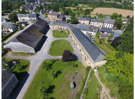 Créé en 1654, l'ancien Relais de Poste aux chevaux de Launois-sur Vence, dans les Ardennes, est situé à la croisée de grands itinéraires commerciaux reliant Amsterdam à Marseille et Paris à Sedan, via Charleville