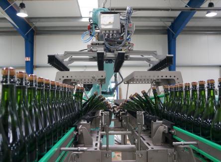 Basée à Vouziers dans les Ardennes, la société Fege qui fabrique des équipements robotisés et de convoyage pour les lignes de conditionnement vient de fêter 25 ans d'existence