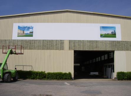 Situé sur la commune de Donchery dans les Ardennes, et à proximité immédiate du Parc d'Activités Ardennes Azur (à dominante industrielle et logistique), ce bâtiment d'environ 3.000 m² disponible à la vente ou à la location, est prêt à accueillir de nouvelles entreprises de l'industrie