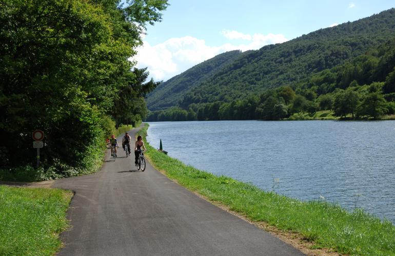 Riche en patrimoine naturel et historique, les Ardennes développent depuis de nombreuses années l'écotourisme et particulièrement la filière vélotourisme. Le 12 juin dernier, 27 prestataires touristiques ardennais se sont vus remettre officiellement le label national Accueil vélo