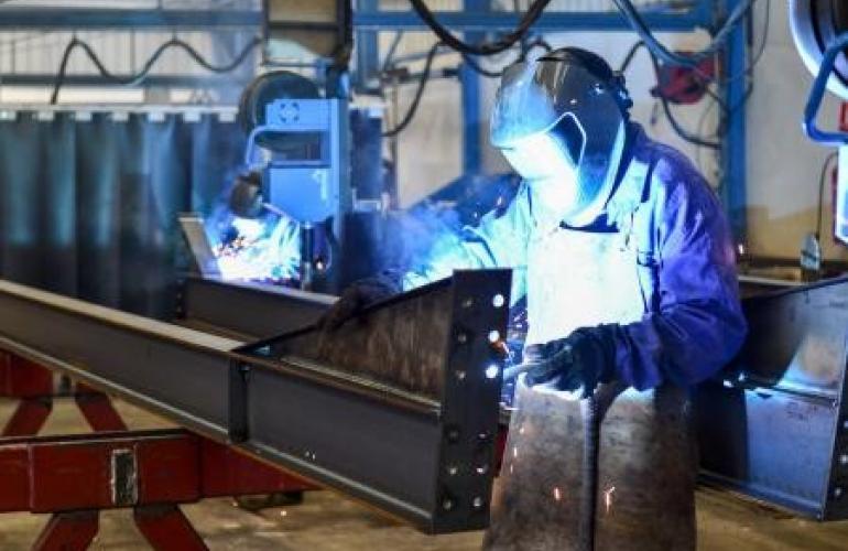 Installée à Buzancy dans l'Argonne Ardennaise, l'entreprise SCREB (Système de Charpente Rapide Evolutive à Bâtir), leader français de charpentes métalliques « prêtes-à-monter » à destination du secteur agricole, poursuit son développement, dans les Ardennes au Nord-est de la France