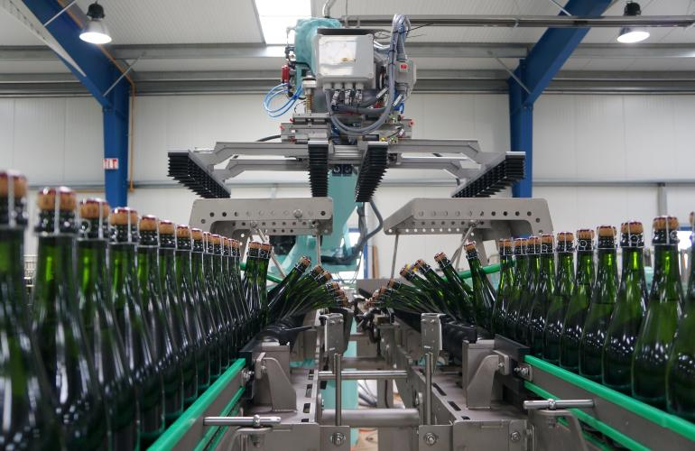 Based in Vouziers in French Ardennes, the company FEGE, which manufactures robotised and automated packaging line equipment, has just celebrated 25 years of existence