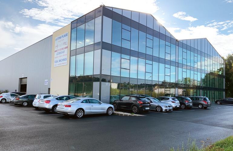 Installé dans le parc d'activités du Val-de-Vence, à Charleville-Mézières, S.V.S Groupes est spécialisé dans la tôlerie, la menuiserie et le BTP. Il s'agit d'un ensemble de sociétés ardennaises représentant une trentaine de salariés et dirigées par la famille SAVAS