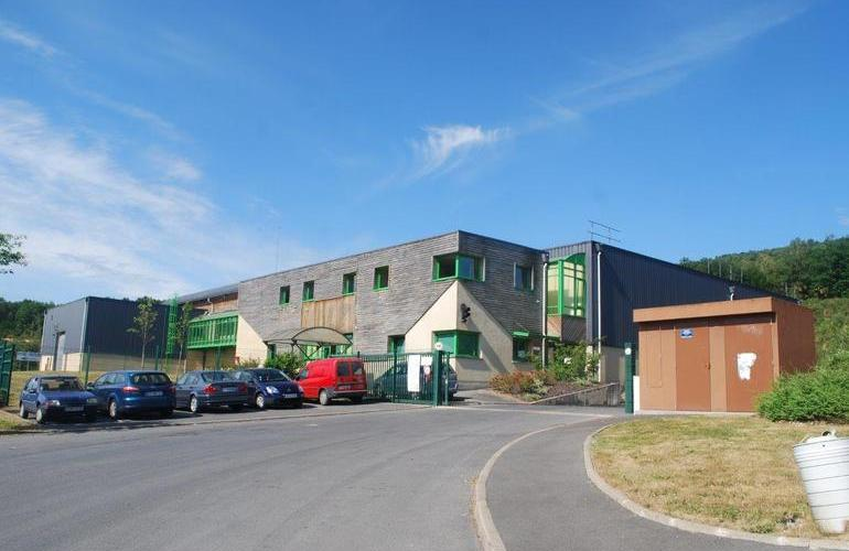 Part of the Zone d'Activités du Charnois in Fumay in the Ardennes, this 1,850m² building, which can be bought or rented, is ready to welcome new businesses